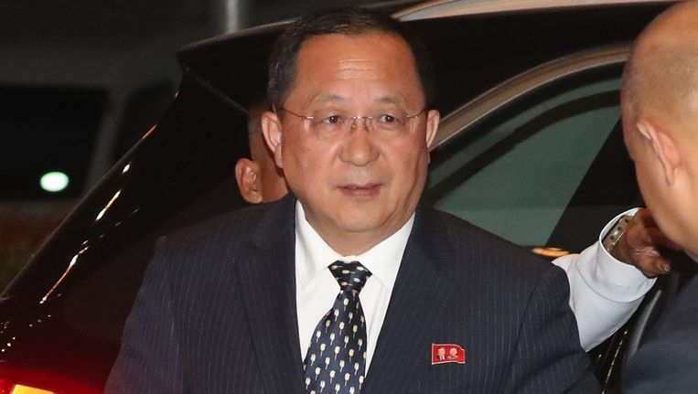 De Noord-Koreaanse minister van Binnenlandse Zaken Ri Yong-ho komt aan bij zijn hotel in Manilla in de Filipijnen. Beeld epa