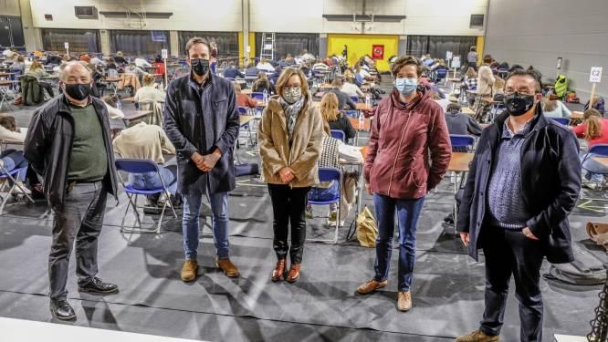 """Immaculata Ieper laat leerlingen examens afleggen in stedelijke sporthal: """"Het grote voordeel is dat we hier allemaal coronaproof samen kunnen zitten"""""""