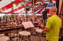 Het Veldhovens Muziekkorps speelt in de tent tijdens het Eeuwfeest.
