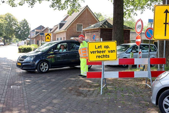 Een verkeersregelaar is ingeschakeld om te voorkomen dat er onveilige situaties ontstaan op de kruising Lindelaan/d'n Dreef (Achterstraat).