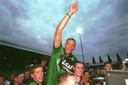 Chima Onyeike gaat op de schouders bij fans van FC Dordrecht na het behalen van een periodetitel in 1999.