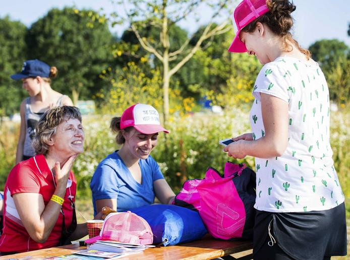 Wandelaars smeren zich in met zonnebrandcreme tijdens de eerste dag van de honderdste editie van de Nijmeegse Vierdaagse. FOTO ANP PIROSCHKA VAN DE WOUW