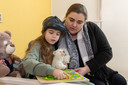 """Priscilla Kooman met haar nichtje Isa. ,,We hebben het heel gezellig samen."""""""