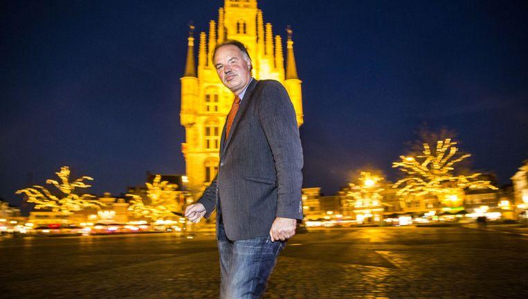 Wethouder Jan de Laat van Gouda Positief, met achter hem het oude stadhuis op de Goudse Markt. Beeld Arie Kievit