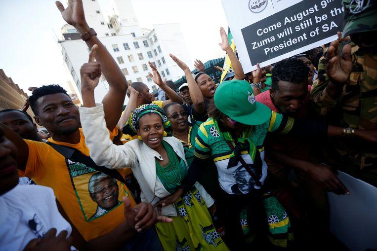 Aanhangers van president Jacob Zuma in Kaapstad, voorafgaand de anonieme stemming over zijn aanblijven.  Beeld REUTERS