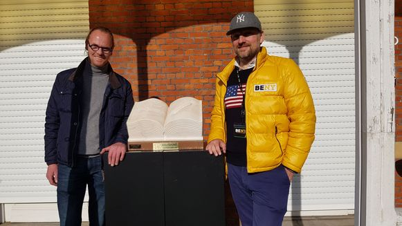 Kunstenaar Jan Dias met zijn geschonken sculptuur en Patrick Van Roosendaal
