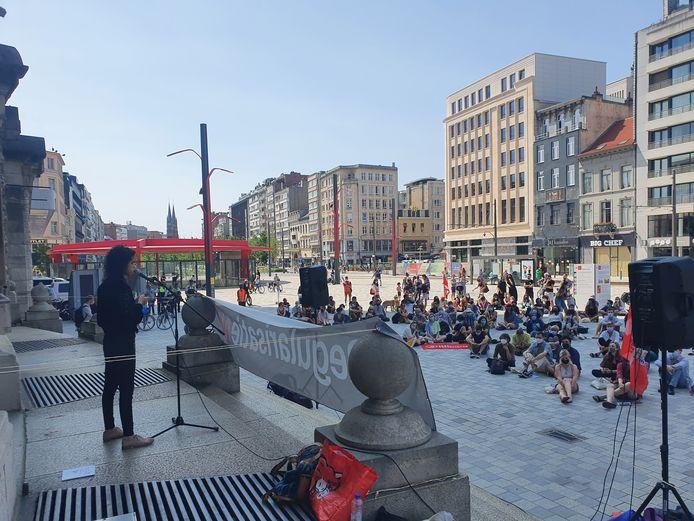 Dichteres Amina Belorf krijgt iedereen op het plein stil wanneer ze twee gedichten voorleest.
