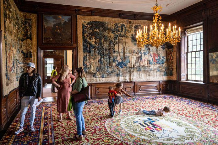 De grote zaal in kasteel Eerde. In de tijd van baron Van Pallandt (18e eeuw) werd de ruimte gebruikt voor ontvangsten. Op Open Monumentendag bekijken bezoekers de verschillende wandtapijten van dichtbij. Het rijk gedecoreerde vloertapijt is voor kinderen geschikt om te rollebollen.