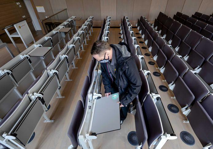 Een lege collegezaal, met coronamaatregelen van de Universiteit Utrecht.