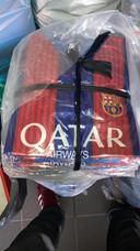 De speurders vonden onder andere voetbaltruitjes van Barcelona FC, Real Madrid en Juventus.
