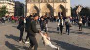 """""""Zoektocht voorbij"""": toeriste vindt papa die voor de Notre-Dame met dochtertje aan het spelen was"""