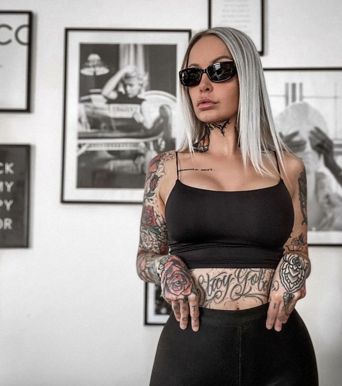 Pommeline Tillière - bekend van 'Temptation Island' - heeft een nieuwe tattoo onder haar kin.