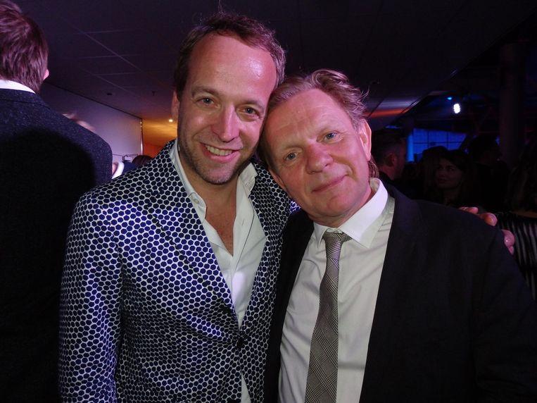Iebele van der Meulen (Linda Specials) en een uiterst blije regisseur Michiel van Erp (r), die met Dit zijn wij in de herkansing gaat, op primetime vrijdagavond Beeld Schuim