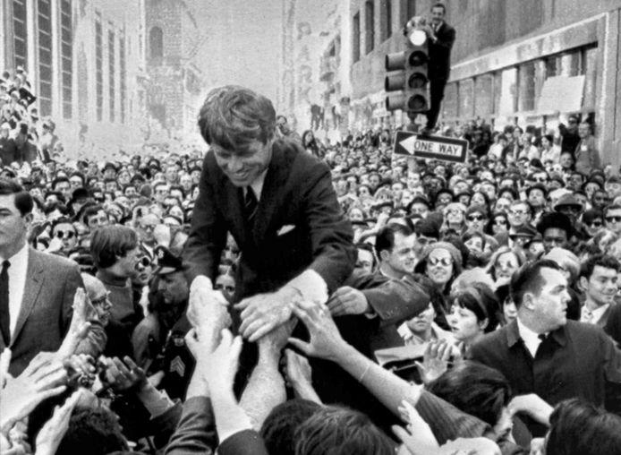 April 1968. De mateloos populaire Bobby Kennedy wordt in Philadelphia op handen gedragen in zijn campagne voor de Democratische presidentskandidatuur. Twee maanden later wordt hij vermoord.
