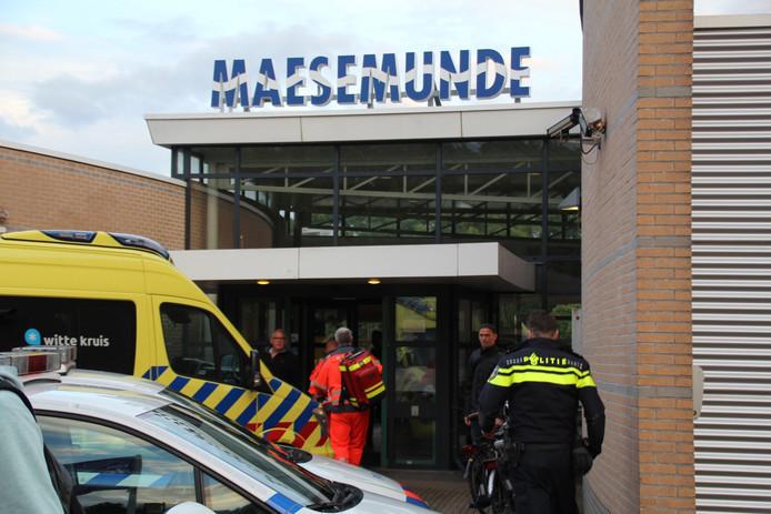 Hulpdiensten bij zwembad Maesemunde in 's-Gravenzande.