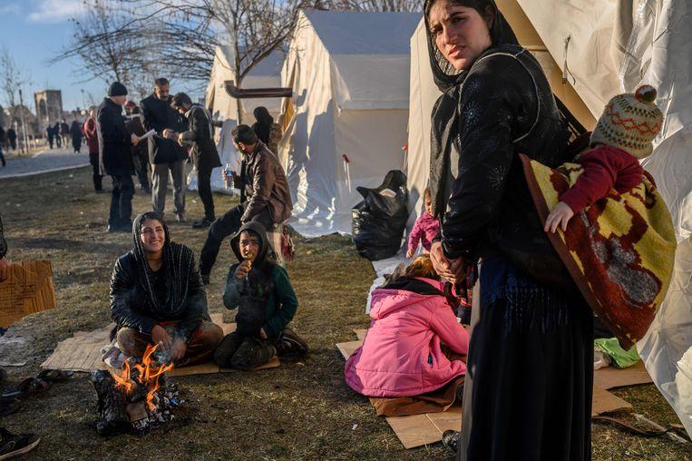 Gezinnen slapen in tenten na de aardbeving.  Beeld AFP