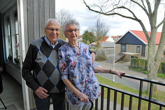 Frans en Ali Prins vieren hun albasten huwelijksjubileum. Ondanks hun hoge leeftijd, verhuisden ze twee jaar geleden naar Renesse. Ze wonen aan de Lindelaan waar ze vanaf hun balkon genieten van de lindeboom voor hun huis.