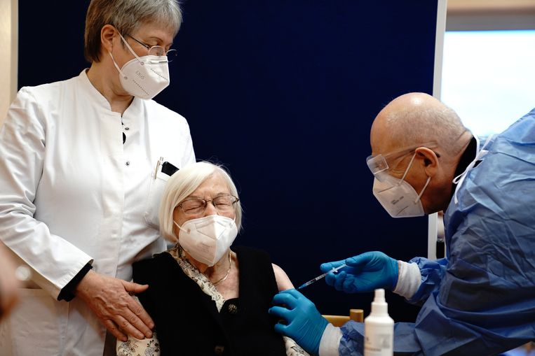 De 101-jarige  Gertrud Haase krijgt haar vaccinatieprik in een verpleeghuis in Berlijn, Duitsland op 27 december 2020.   Beeld EPA