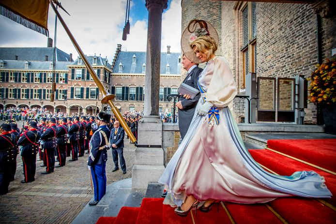 Koning Willem-Alexander en Koningin Maxima bij het verlaten van het Binnenhof na het voorlezen van de troonrede in de Ridderzaal.