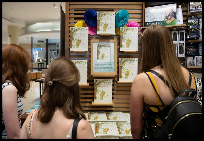 Enkele tieners in de Waterstones bookshop in London bij het boek van Meghan.