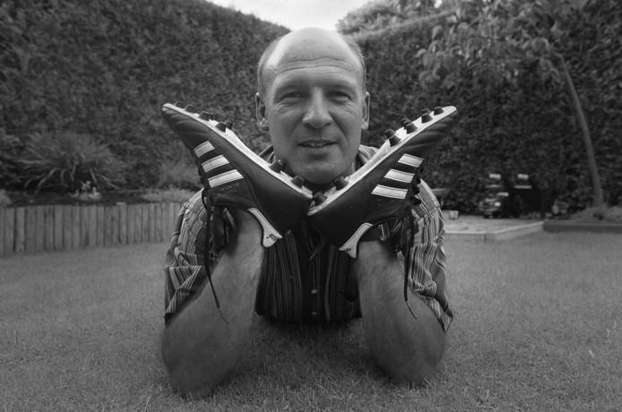Tjapko Teuben in 1999, toen hij afscheid nam als actief voetballer, bij Gemert. ook toen met zijn favoriete schoen, Copa Mundial