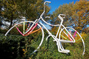 De fiets, een ontwerp uit één lijn, op de kruising van de Beneluxweg en de Europaweg.