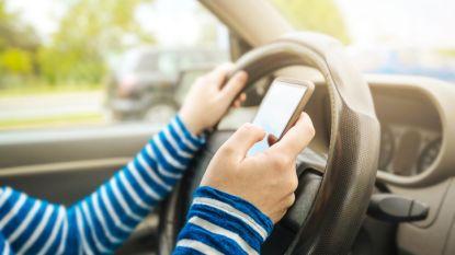 Zet je gsm in 'automodus': nieuwe campagne roept op smartphone onderweg links te laten liggen