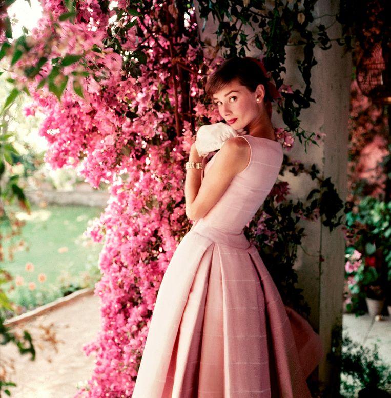 Audrey Hepburn in een jurk van Givenchy in 1955. Beeld Norman Parkinson
