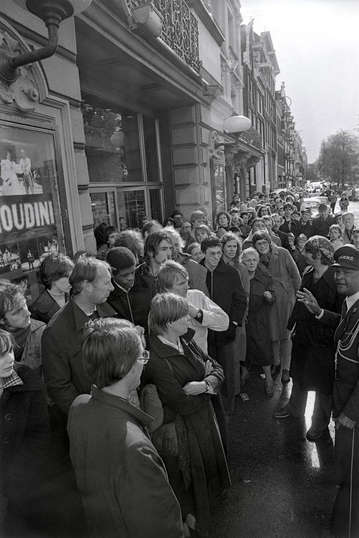 In de rij voor theater Carré, om een kaartje te bemachtigen voor de première van 'Foxtrot'. Beeld Hollandse Hoogte /  ANP