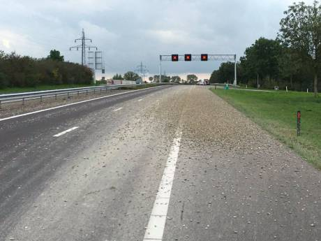 Vrachtwagen verliest bak grind op de A32 tussen Steenwijk en Meppel, weg richting Zwolle dicht