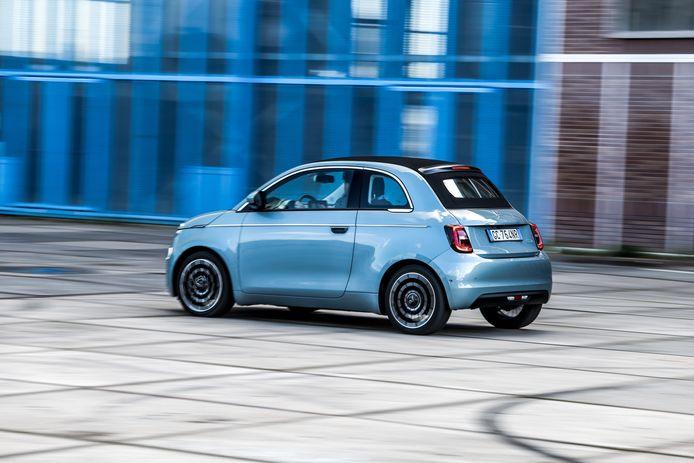 Het dakje van de elektrische Fiat 500C kan over de volle lengte open