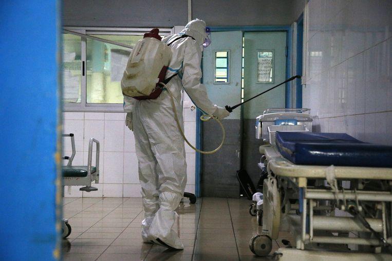 Een ziekenhuis in Ivoorkust wordt ontsmet. Beeld EPA
