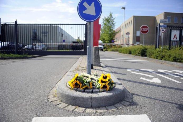 Bij de commandokazerne in Roosendaal liggen bloemen als eerbetoon aan de omgekomen Kevin van de Rijdt. foto Peter van Trijen/het fotoburo
