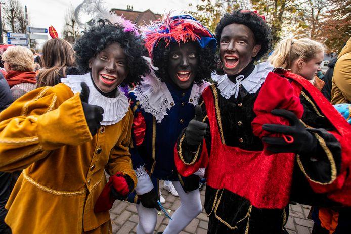 Zwarte en roetveegpieten trokken vorig jaar nog samen op tijdens de intocht van Sinterklaas in Oisterwijk.  met verschillende roet veeg pietjes