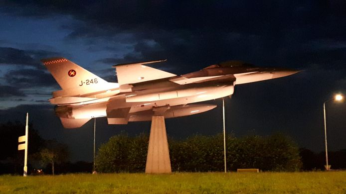 Ook 's avonds niet meer te missen: de F-16 op de rotonde in Volkel.
