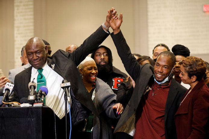 Advocaat Ben Crump houdt de hand van getuige Donald Williams vast tijdens een persconferentie na de uitspraak.