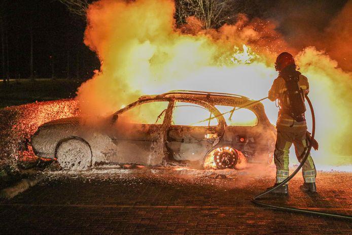 De brandweer kon de auto niet meer redden.