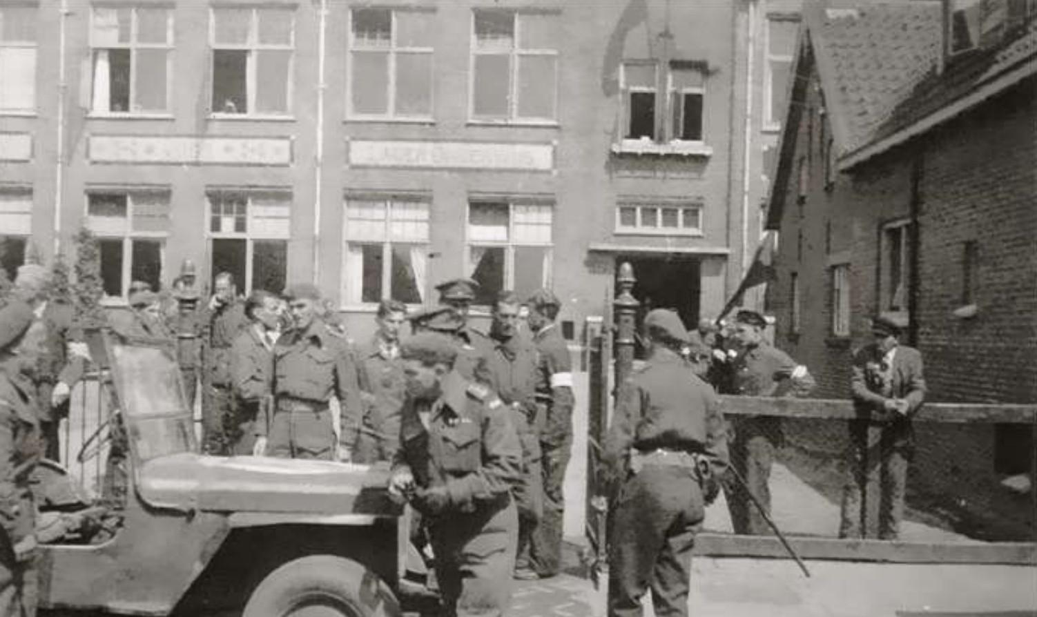 De aankomst van de Canadezen in 's-Gravendeel, bij de christelijke basisschool Eben Haëzer in de Langestraat.