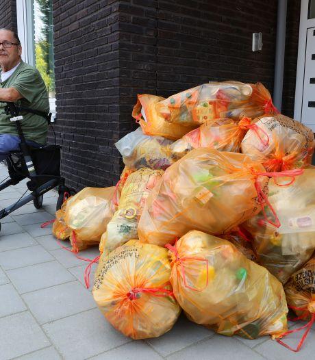Afvalberg voor deur van appartementencomplex in Asperen: netjes gescheiden, maar ligt wel in de weg
