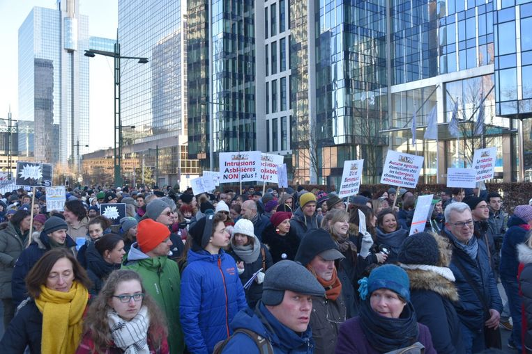 Duizenden mensen protesteren aan Maximiliaanpark tegen asielbeleid van regering. Beeld Dieter Nijs