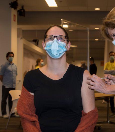 In alle vroegte is het vaccineren voor verpleeghuispersoneel begonnen: de eerste prik is voor Danielle