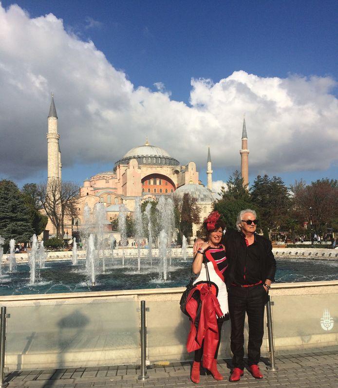 Ronald Marcus (64) uit Axel, met zijn vrouw Ina, voor zijn haartransplantatie bij de Hagia Sophia in Istanboel. FOTO: SLAWOMIRA KOZIENIEC