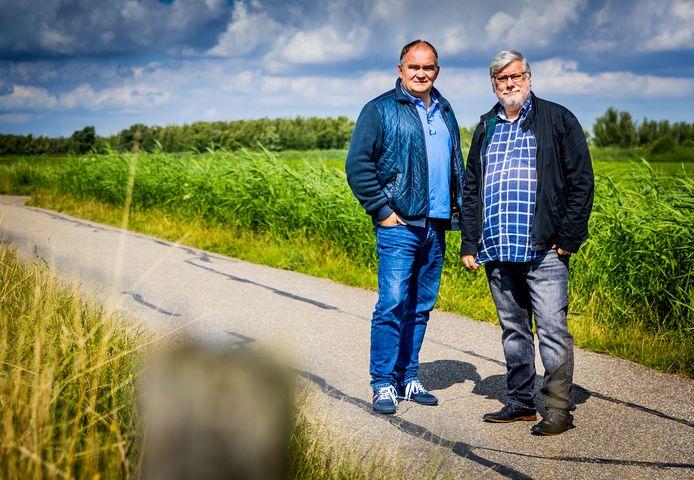 Ben Smit (l) en Piet Zijlstra voor de polder De Buitenzomerlanden waar het zonnepanelenpark moet verrijzen.