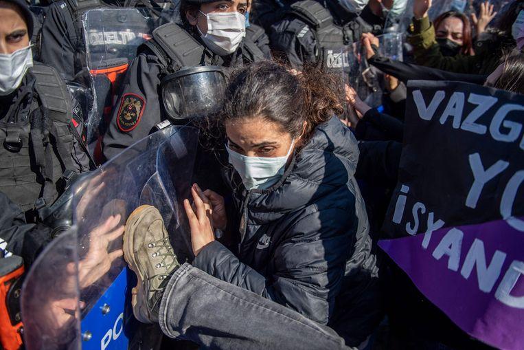Turkse politieagenten houden vrouwen tegen die betogen tegen de Turkse terugtrekking uit de Istanbul Conventie. Beeld AFP