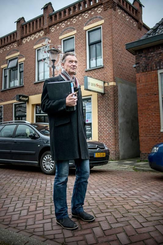 Ger Warink voor zijn zwaar beschadigde huis in Loppersum.