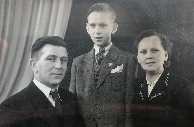 Elzo als 10-jarige met zijn ouders. Beeld