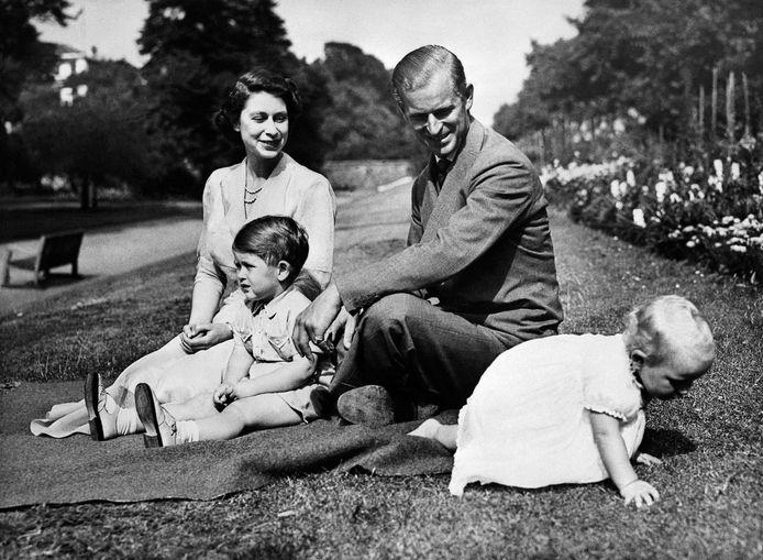 La reine Elizabeth, le prince Philip et leurs enfants Charles et Anne.