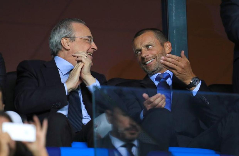 Real Madrid-voorzitter Florentino Pérez (l.) in gesprek met UEFA-voorzitter Aleksandar Ceferin. Beeld Photo News