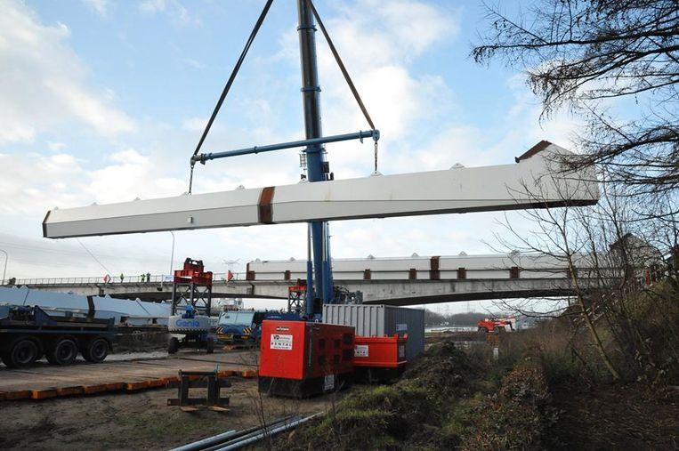 Eerste onderdelen nieuwe brug Massenhoven