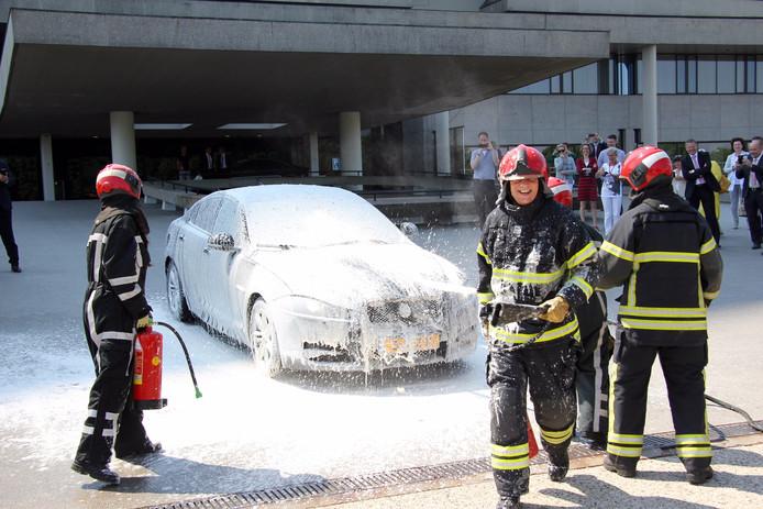 De brandweer had de grootste lol bij het schoonmaken van de auto van Van den Hout.